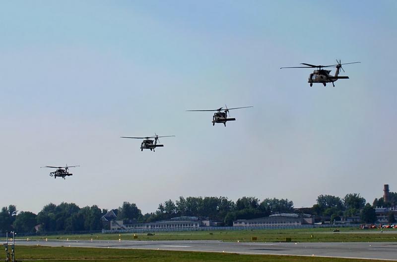 Снимок сделан 7 июля, на нём запечатлены 4 боевые машиныl